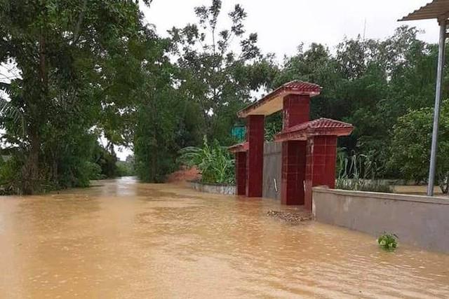 Cận cảnh những ngôi nhà bị nước bao vây gần chạm nóc trong rốn lũ tại Hà Tĩnh - Ảnh 5.