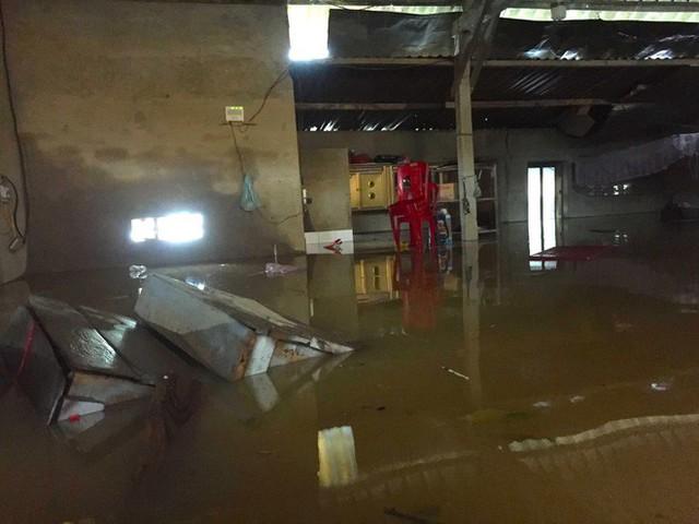 Cận cảnh những ngôi nhà bị nước bao vây gần chạm nóc trong rốn lũ tại Hà Tĩnh - Ảnh 8.