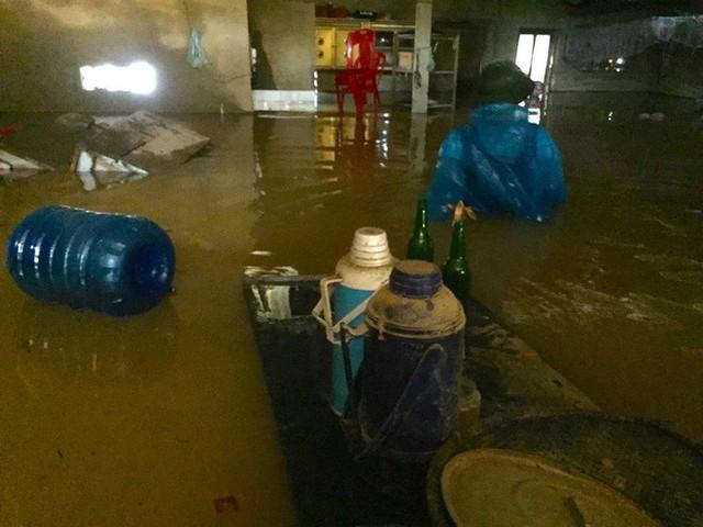 Cận cảnh những ngôi nhà bị nước bao vây gần chạm nóc trong rốn lũ tại Hà Tĩnh - Ảnh 9.