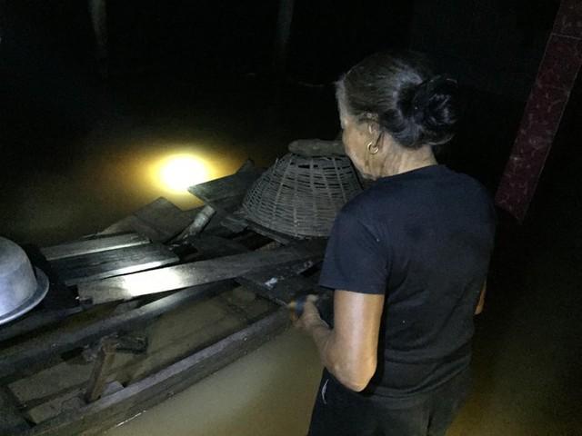 Cơ cực cuộc sống ở vùng lũ: Ba đêm thức trắng trên gác nhà chờ nước rút - Ảnh 9.