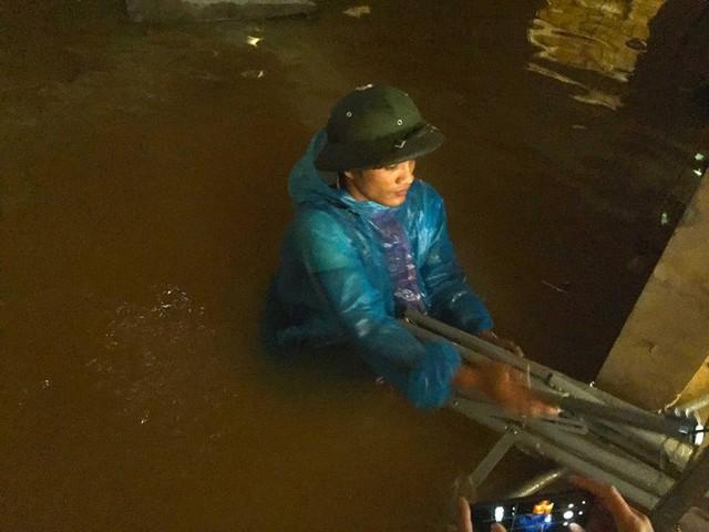 Cận cảnh những ngôi nhà bị nước bao vây gần chạm nóc trong rốn lũ tại Hà Tĩnh - Ảnh 10.
