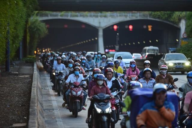 Theo làn răm rắp, cả dòng xe nối đuôi vào hầm vượt sông lớn nhất Việt Nam - Ảnh 3.