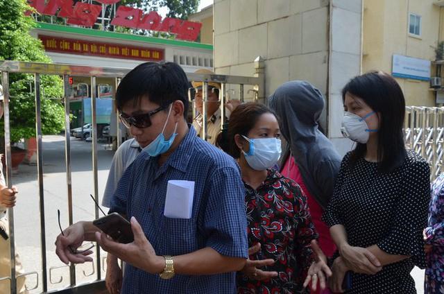 53 người được chỉ định vào viện trong buổi đầu khám miễn phí cho dân sau vụ cháy Công ty Rạng Đông - Ảnh 1.