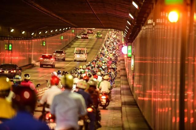 Theo làn răm rắp, cả dòng xe nối đuôi vào hầm vượt sông lớn nhất Việt Nam - Ảnh 6.