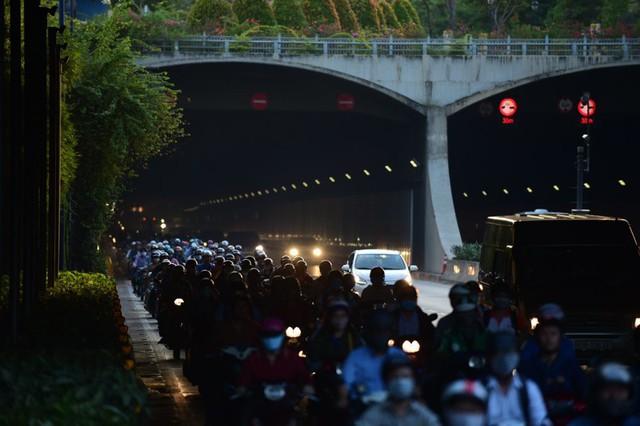 Theo làn răm rắp, cả dòng xe nối đuôi vào hầm vượt sông lớn nhất Việt Nam - Ảnh 7.