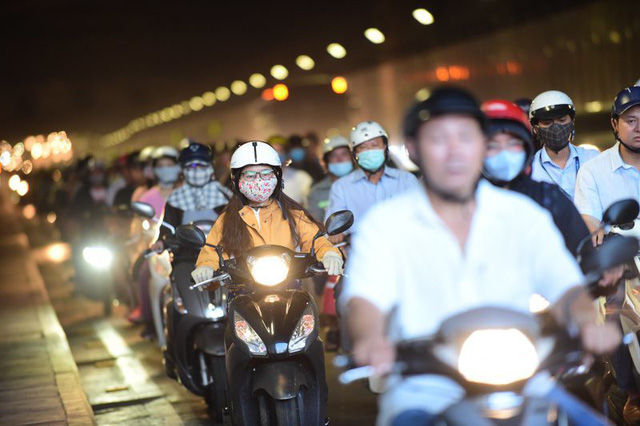 Theo làn răm rắp, cả dòng xe nối đuôi vào hầm vượt sông lớn nhất Việt Nam - Ảnh 8.