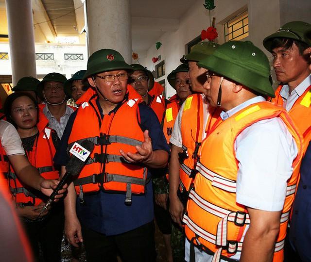 """Phó Thủ tướng đi thuyền vào vùng """"rốn lũ"""" thăm, tặng quà cho người dân  - Ảnh 3."""
