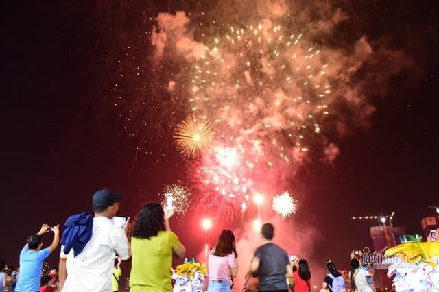 Sài Gòn rực rỡ pháo hoa khoảnh khắc chào năm 2020 - Ảnh 2.