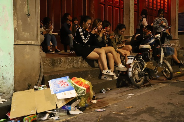 Hình ảnh khó thương trên phố đi bộ Sài Gòn, Hà Nội ngày đầu năm mới 2020 - Ảnh 2.
