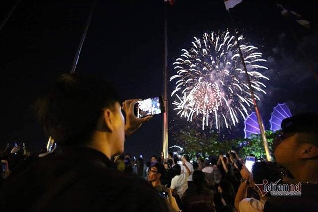 Sài Gòn rực rỡ pháo hoa khoảnh khắc chào năm 2020 - Ảnh 11.