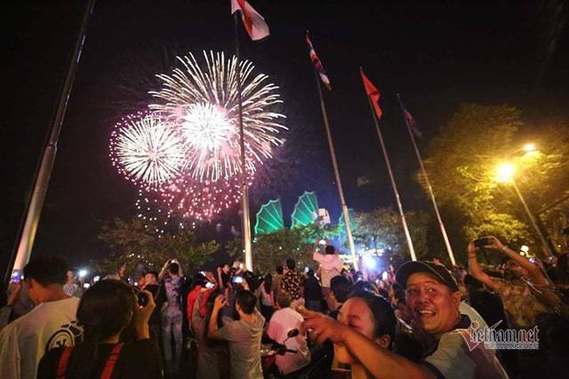 Sài Gòn rực rỡ pháo hoa khoảnh khắc chào năm 2020 - Ảnh 12.