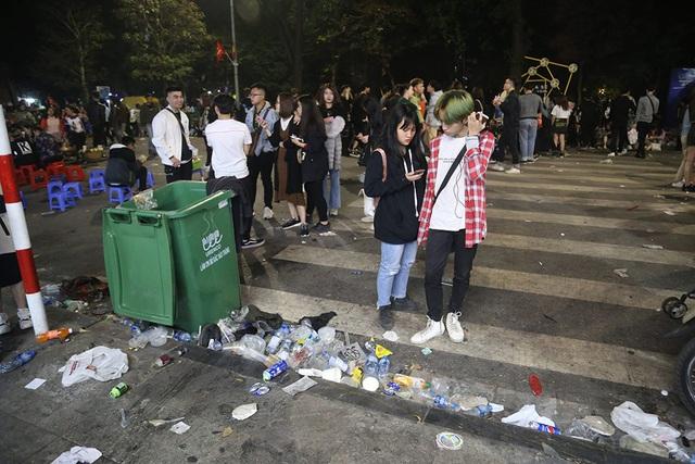 Hình ảnh khó thương trên phố đi bộ Sài Gòn, Hà Nội ngày đầu năm mới 2020 - Ảnh 12.
