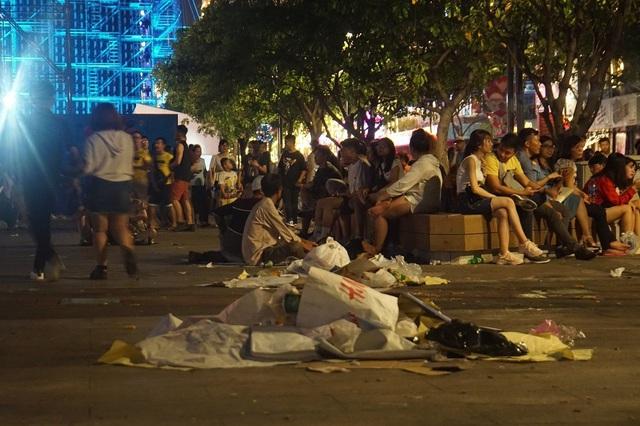 Hình ảnh khó thương trên phố đi bộ Sài Gòn, Hà Nội ngày đầu năm mới 2020 - Ảnh 15.