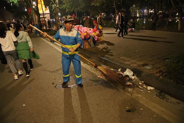 Hình ảnh khó thương trên phố đi bộ Sài Gòn, Hà Nội ngày đầu năm mới 2020 - Ảnh 16.