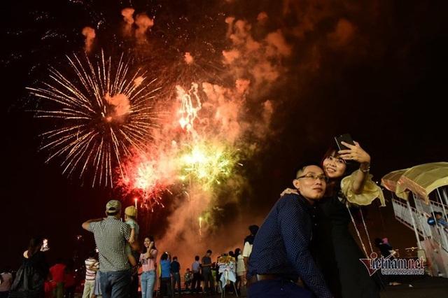 Sài Gòn rực rỡ pháo hoa khoảnh khắc chào năm 2020 - Ảnh 3.