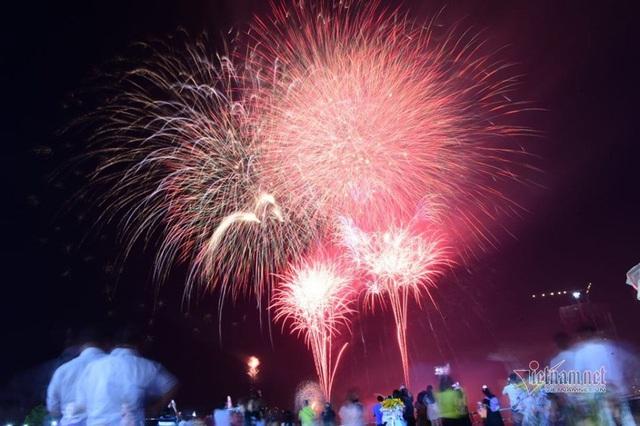 Sài Gòn rực rỡ pháo hoa khoảnh khắc chào năm 2020 - Ảnh 4.