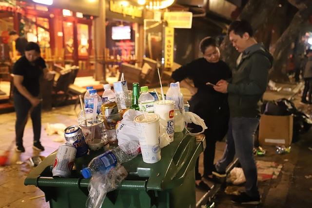 Hình ảnh khó thương trên phố đi bộ Sài Gòn, Hà Nội ngày đầu năm mới 2020 - Ảnh 4.