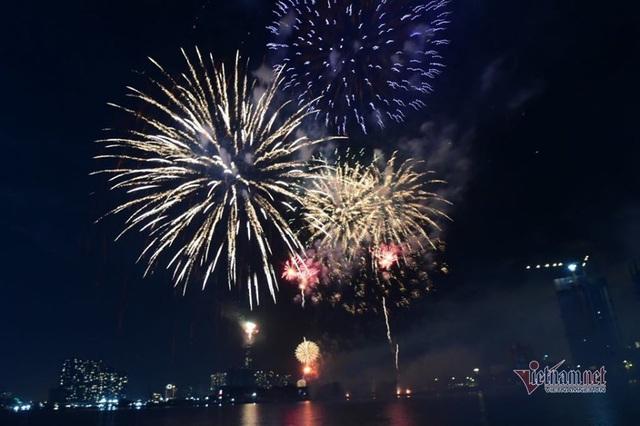 Sài Gòn rực rỡ pháo hoa khoảnh khắc chào năm 2020 - Ảnh 5.