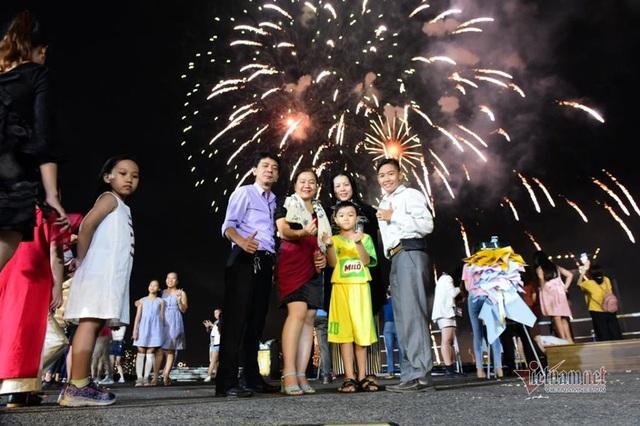 Sài Gòn rực rỡ pháo hoa khoảnh khắc chào năm 2020 - Ảnh 6.