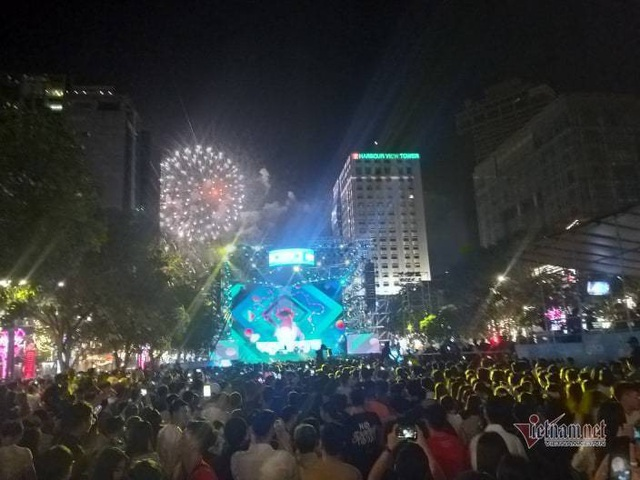 Sài Gòn rực rỡ pháo hoa khoảnh khắc chào năm 2020 - Ảnh 7.