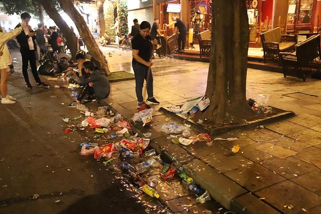 Hình ảnh khó thương trên phố đi bộ Sài Gòn, Hà Nội ngày đầu năm mới 2020 - Ảnh 7.