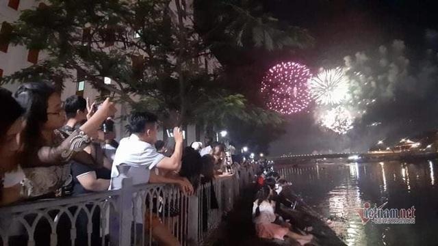 Sài Gòn rực rỡ pháo hoa khoảnh khắc chào năm 2020 - Ảnh 8.