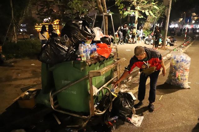 Hình ảnh khó thương trên phố đi bộ Sài Gòn, Hà Nội ngày đầu năm mới 2020 - Ảnh 8.
