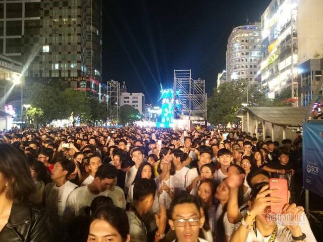 Sài Gòn rực rỡ pháo hoa khoảnh khắc chào năm 2020 - Ảnh 9.