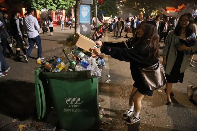 Hình ảnh khó thương trên phố đi bộ Sài Gòn, Hà Nội ngày đầu năm mới 2020 - Ảnh 9.
