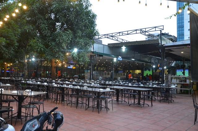 Sợ bị phạt nồng độ cồn, người hâm mộ bỏ quán nhậu, đổ đến cafe xem trận Việt Nam - UAE - Ảnh 3.