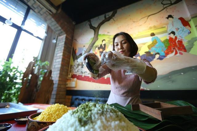 Hơn nửa triệu đồng một cặp bánh chưng trà xanh nhân cá hồi Na Uy - Ảnh 5.