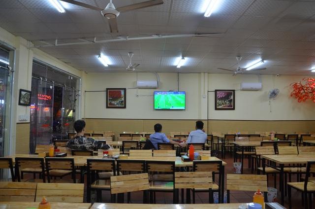 Sợ bị phạt nồng độ cồn, người hâm mộ bỏ quán nhậu, đổ đến cafe xem trận Việt Nam - UAE - Ảnh 5.