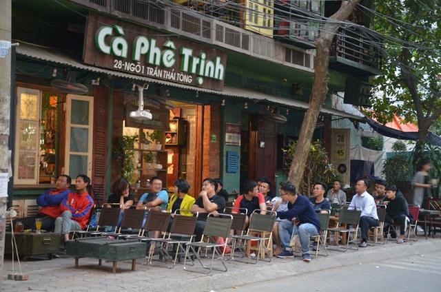 Sợ bị phạt nồng độ cồn, người hâm mộ bỏ quán nhậu, đổ đến cafe xem trận Việt Nam - UAE - Ảnh 9.