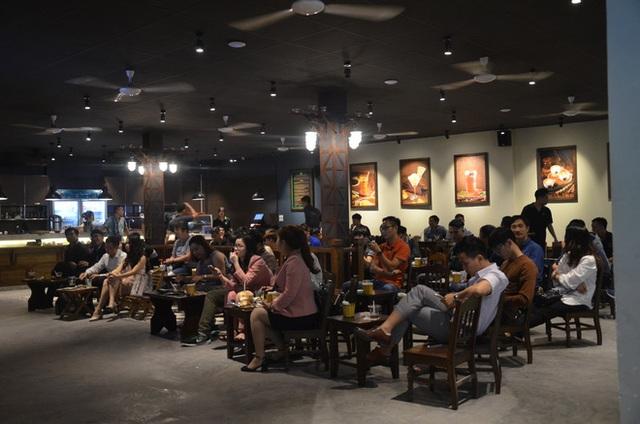 Sợ bị phạt nồng độ cồn, người hâm mộ bỏ quán nhậu, đổ đến cafe xem trận Việt Nam - UAE - Ảnh 10.