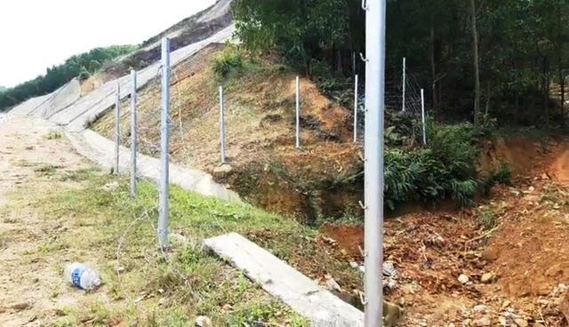 Hàng rào bảo vệ trên cao tốc 11.000 tỷ bị xé nát bươm - Ảnh 7.