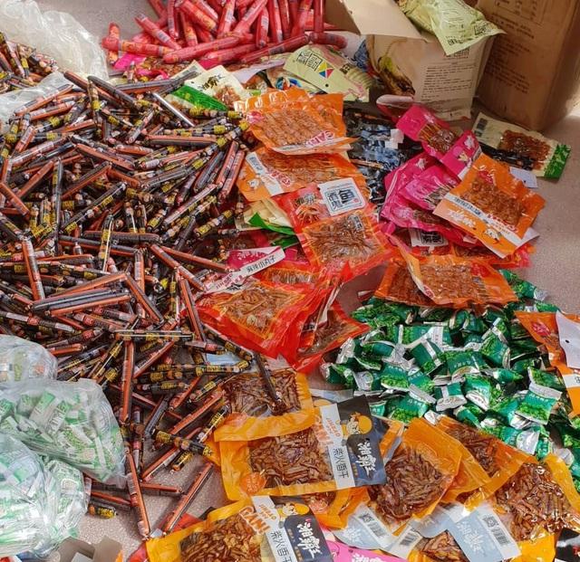 Thu giữ hơn 7500 sản phẩm thực phẩm trà sữa, mì tôm, xúc xích... do Trung Quốc sản xuất - Ảnh 2.