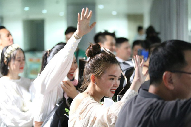 Biển người đang dồn về sân bay Tân Sơn Nhất  - Ảnh 9.