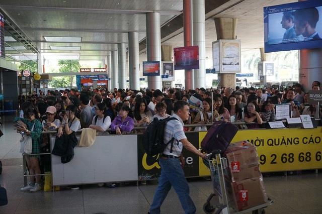 Biển người đang dồn về sân bay Tân Sơn Nhất  - Ảnh 10.