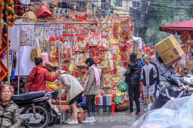 Không khí Tết ngập tràn phố phường Thủ đô - Ảnh 1.