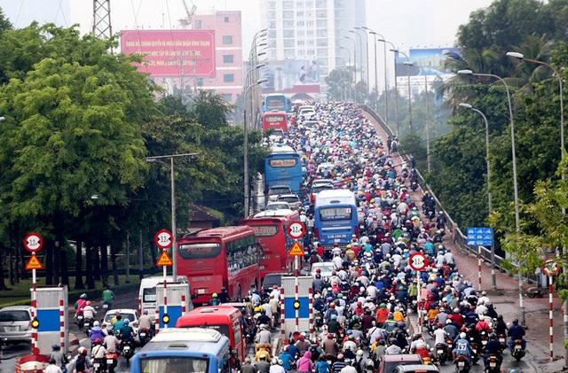 TP HCM: Hàng chục ngàn người đổ ra đường đến bến xe - Ảnh 1.