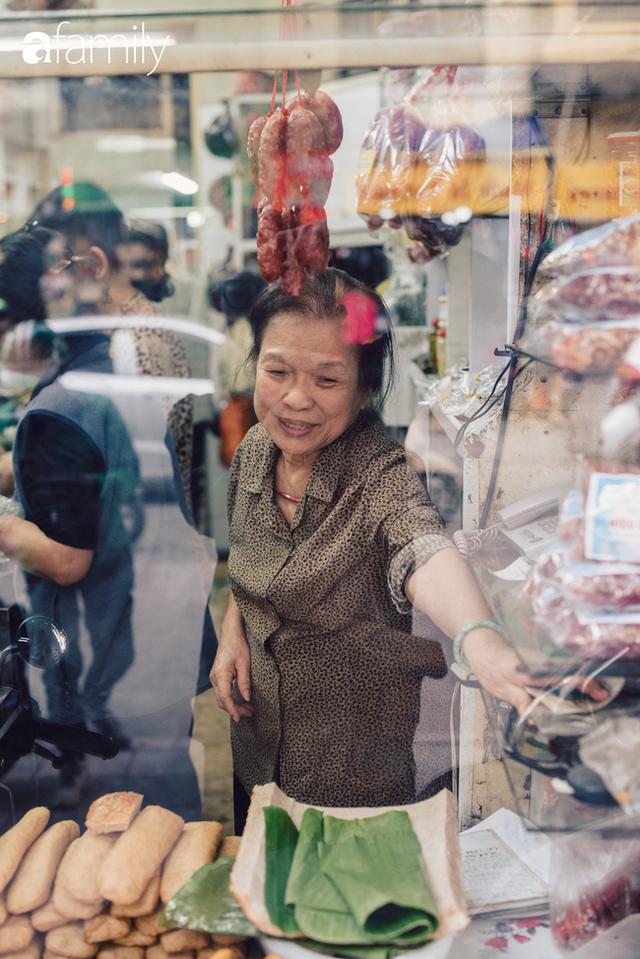Tiệm giò chả 200 năm tuổi, cứ Tết đến lại xếp hàng như thời bao cấp trên phố Hàng Bông và triết lý kinh doanh lạ: Không cần con nối nghiệp - Ảnh 13.