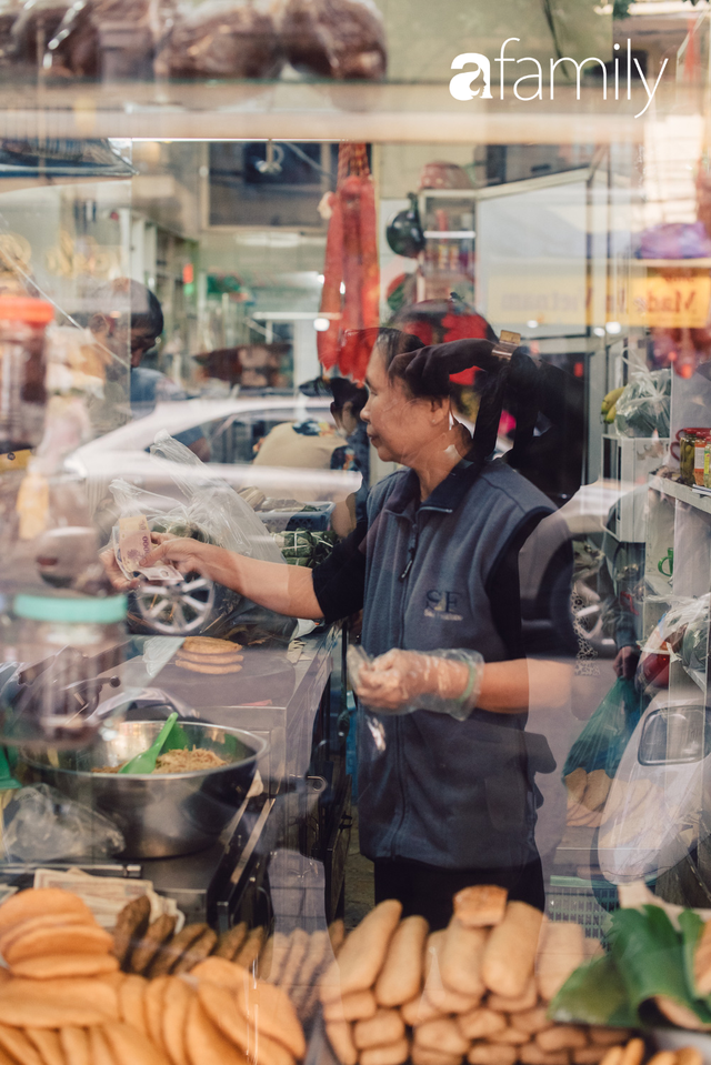 Tiệm giò chả 200 năm tuổi, cứ Tết đến lại xếp hàng như thời bao cấp trên phố Hàng Bông và triết lý kinh doanh lạ: Không cần con nối nghiệp - Ảnh 3.