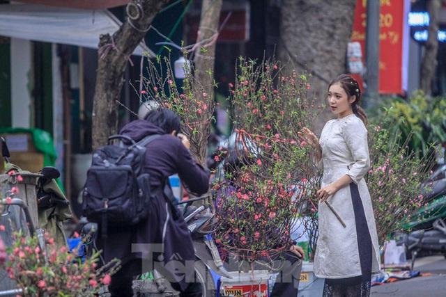 Không khí Tết ngập tràn phố phường Thủ đô - Ảnh 8.