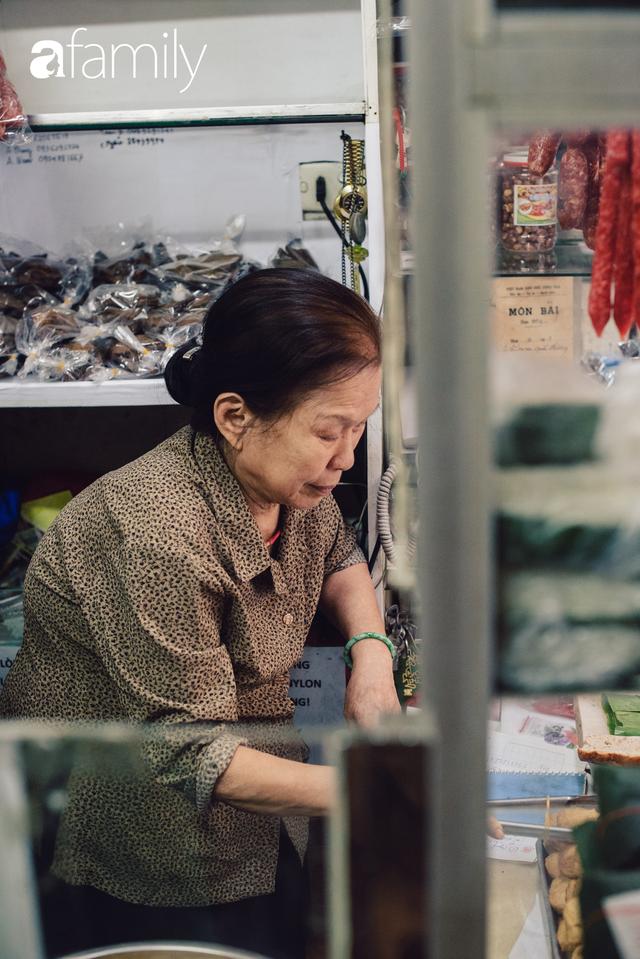 Tiệm giò chả 200 năm tuổi, cứ Tết đến lại xếp hàng như thời bao cấp trên phố Hàng Bông và triết lý kinh doanh lạ: Không cần con nối nghiệp - Ảnh 8.