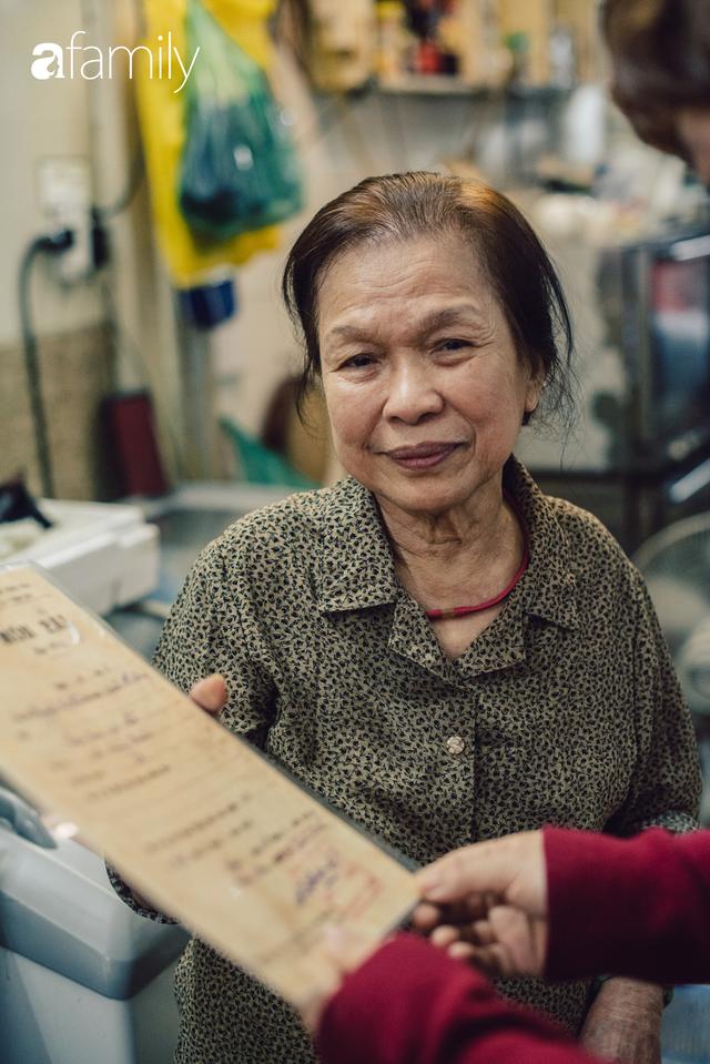 Tiệm giò chả 200 năm tuổi, cứ Tết đến lại xếp hàng như thời bao cấp trên phố Hàng Bông và triết lý kinh doanh lạ: Không cần con nối nghiệp - Ảnh 9.