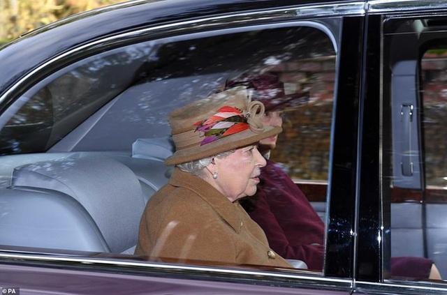 Trước cuộc họp sống còn của nhà Meghan Markle, Nữ hoàng xuất hiện với vẻ mệt mỏi, lộ dấu hiệu bất thường cho thấy bà bị suy sụp như thế nào - Ảnh 1.