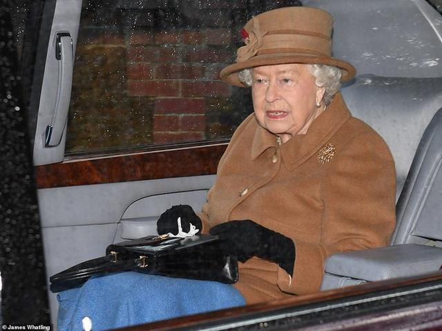 Trước cuộc họp sống còn của nhà Meghan Markle, Nữ hoàng xuất hiện với vẻ mệt mỏi, lộ dấu hiệu bất thường cho thấy bà bị suy sụp như thế nào - Ảnh 3.