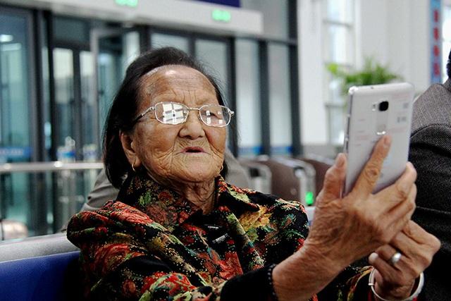 Người già Trung Quốc hồi xuân nhờ cách mạng 4.0: Từ WeChat đến Taobao đều chẳng ngán, thậm chí còn thành thạo hơn giới trẻ! - Ảnh 1.