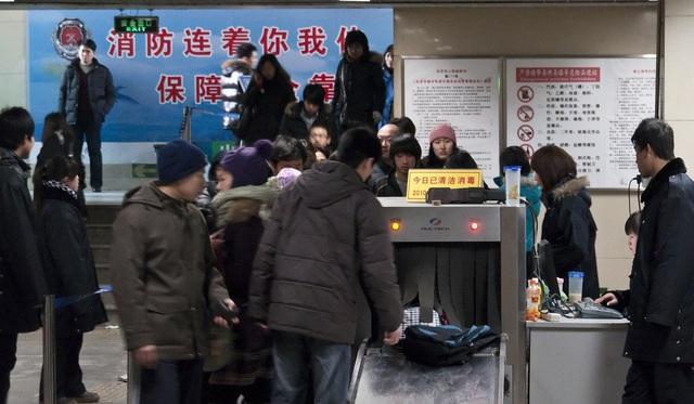 Tàu điện ngầm ở Trung Quốc: Kiểm tra an ninh gắt gao như sân bay quốc tế, sử dụng cả hệ thống nhận diện khuôn mặt để theo dõi! - Ảnh 2.