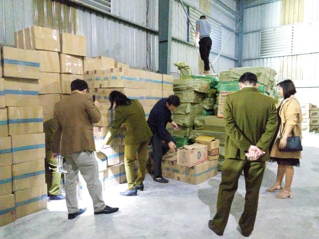 Thu giữ hơn 1 tấn bánh kẹo phục vụ Tết không rõ nguồn gốc trong kho chứa hàng tại Lào Cai - Ảnh 2.